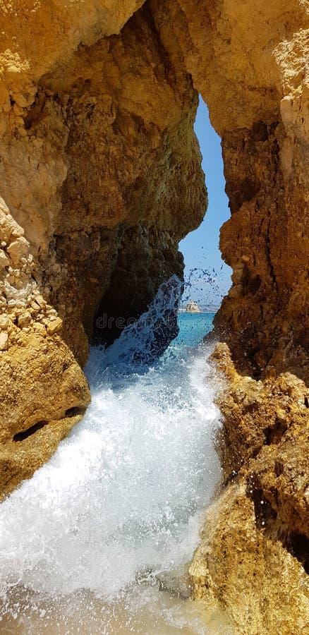 Penhascos bonitos na turquesa Oceano Atlântico perto do Praia Dona Ana da praia, Lagos, Portugal fotografia de stock royalty free