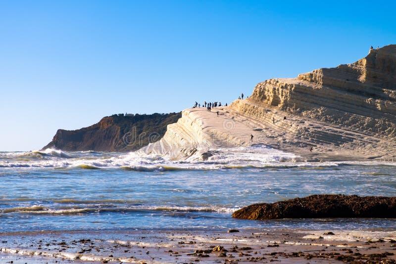 Penhascos brancos feitos naturalmente do pug liso na praia de Turchi do dei de Scala com mar Mediterrâneo tormentoso, Sicília, It fotografia de stock