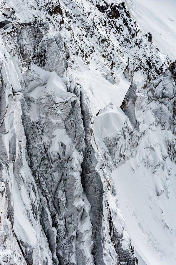 Penhascos cobertos de neve e fissuras da geleira no inverno imagens de stock