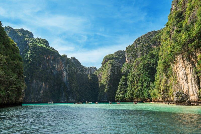 Penhascos da pedra calcária da selva em torno da ilha de Phi-Phi Leh foto de stock