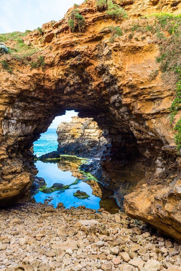 Penhascos da pedra calcária na gruta, perto de Campbell portuário, grande estrada do oceano, Victoria, Austrália vertical imagem de stock royalty free
