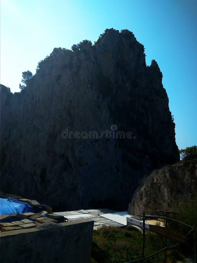 Penhascos de Faraglioni na ilha de Capri no mar Mediterrâneo imagem de stock