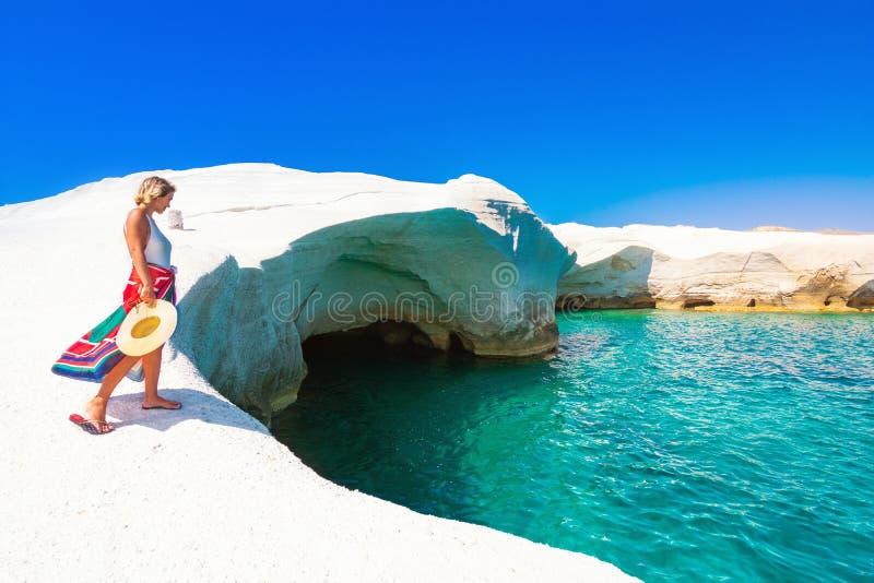 Penhascos de giz brancos em Sarakiniko, Milos ilha, Cyclades, Grécia foto de stock royalty free