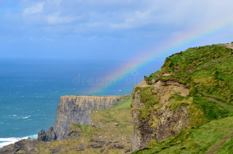 Penhascos de Moher com arco-íris imagem de stock royalty free