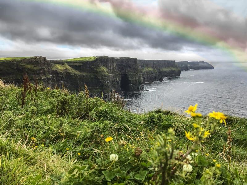 Penhascos de Moher com arco-íris após uma tempestade fotografia de stock