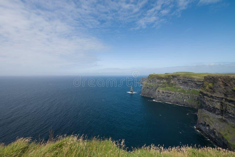 Penhascos de Moher e o Oceano Atlântico, uma atração turística popular no condado Clare, Irlanda foto de stock royalty free
