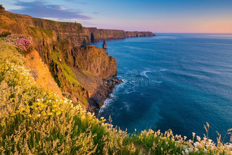 Penhascos de Moher no por do sol, Co Litoral de Oceano Atlântico perto de Ballyvaughan, Co imagem de stock royalty free