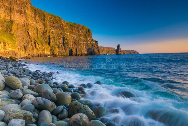 Penhascos de Moher no por do sol, Co Litoral de Oceano Atlântico perto de Ballyvaughan, Co fotografia de stock
