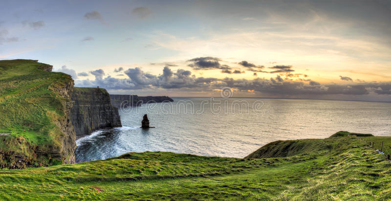 Penhascos de Moher no por do sol em Ireland. fotografia de stock