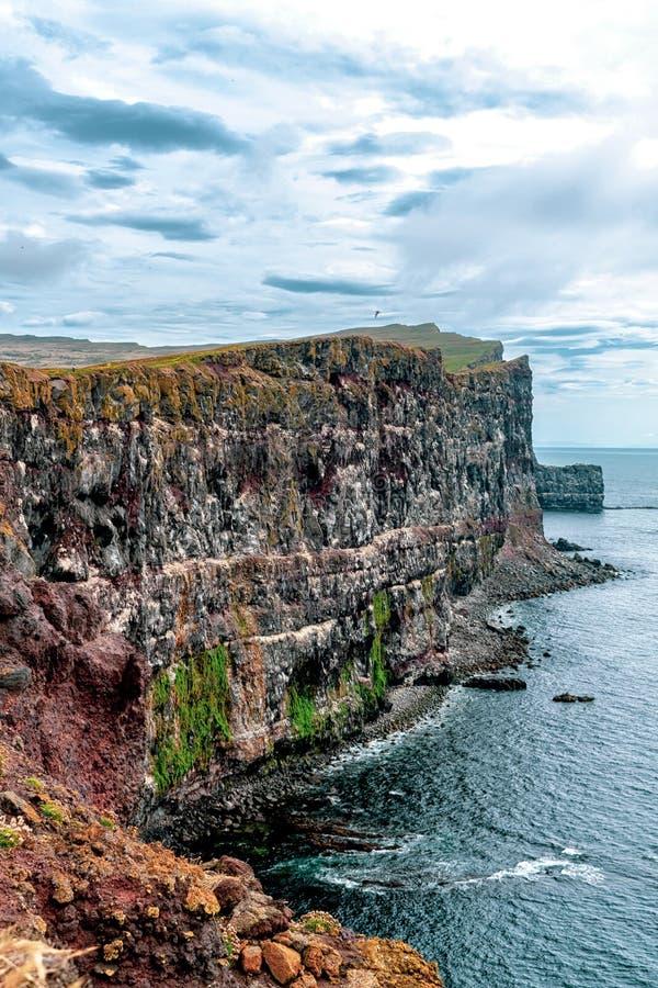 Penhascos de surpresa nos fiordes ocidentais de Islândia foto de stock