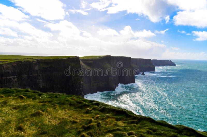 Penhascos do oceano sightseeing famoso do atlantiv do penhasco de Moher Doolin Ireland Irish que caminha o litoral cênico foto de stock royalty free