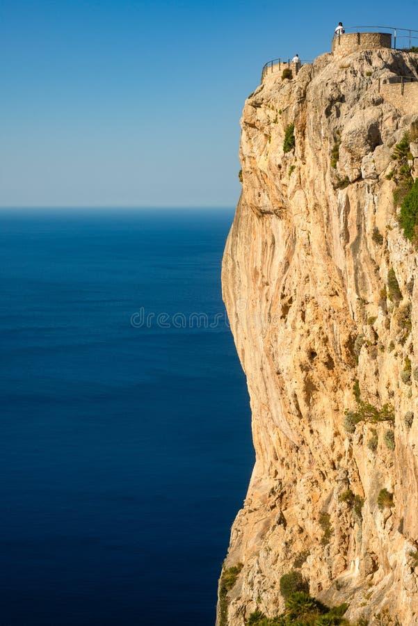 Penhascos e Azure Mediterranean Sea dramáticos do mar na península de Formentor na ilha de Mallorca fotos de stock royalty free