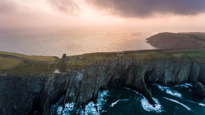 Penhascos e castelo Penhascos na praia Cortiça do condado ireland foto de stock
