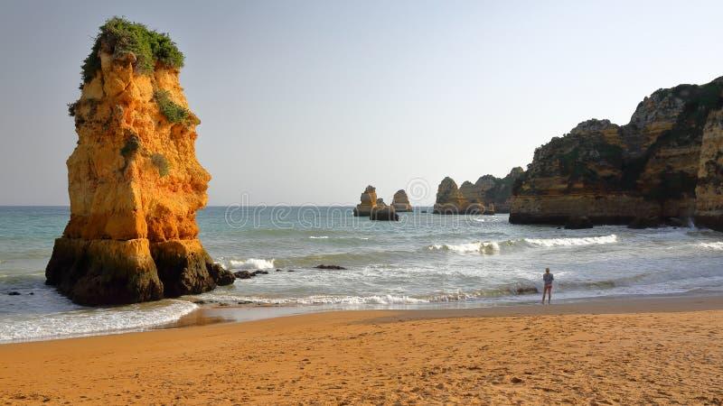 Penhascos e formações de rochas vistas da praia de Dona Ana em Lagos, o Algarve fotos de stock