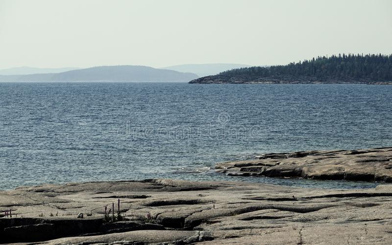 Penhascos e montanhas no mar, costa alta da Suécia foto de stock