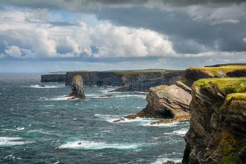 Penhascos e ondas perto de Kilkee, condado Clare, Irlanda imagens de stock