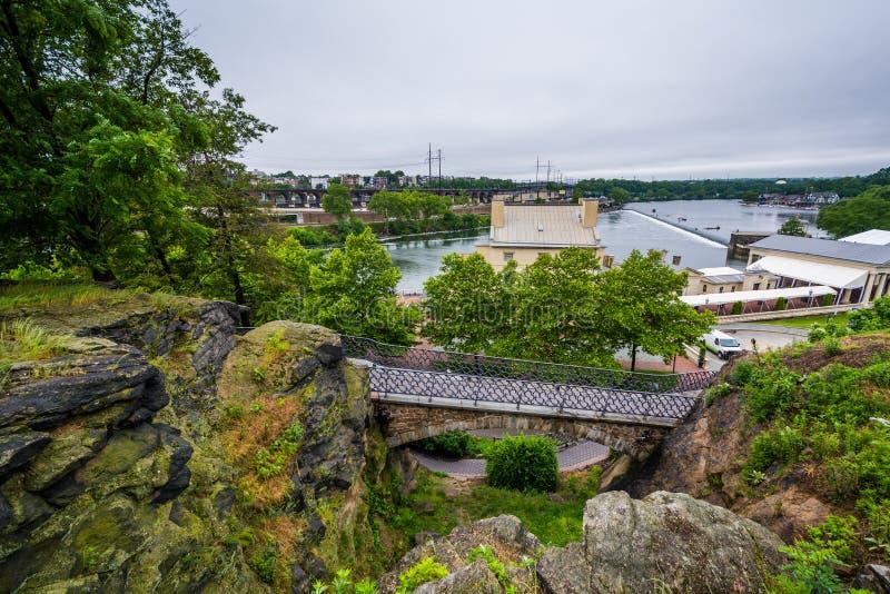 Penhascos e ponte acima do sistema hidráulico de Fairmount em Philadelphfia, Pensilvânia foto de stock royalty free