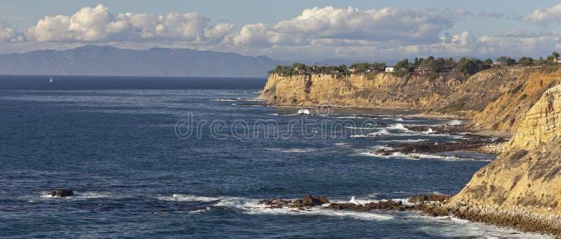Penhascos e praia ao longo do litoral do Oceano Pacífico fotos de stock