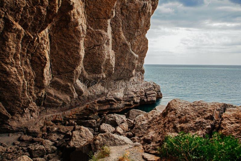 Penhascos e praia no dia imagem de stock royalty free