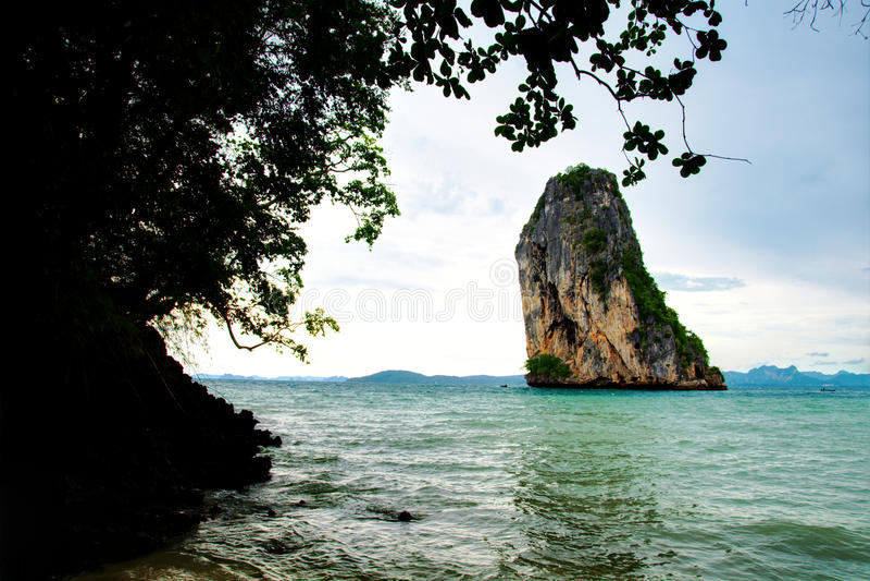 Penhascos elevados no console tropical fotografia de stock