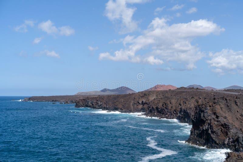 Penhascos em Los Hervideros, Lanzarote, Ilhas Canárias, Espanha imagens de stock royalty free