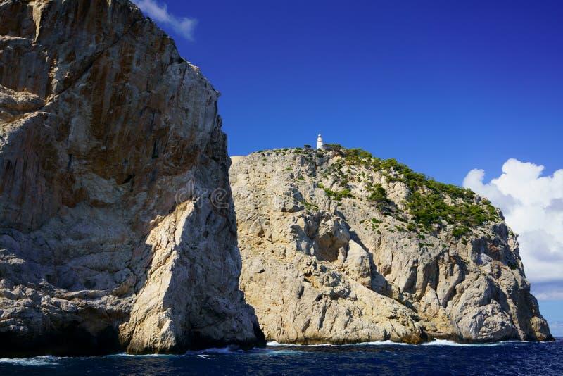 Penhascos em Tampão de Formentor e o farol de Formentor, local do patrimônio mundial do UNESCO, Mallorca, Balearic Island, Espanh imagens de stock royalty free