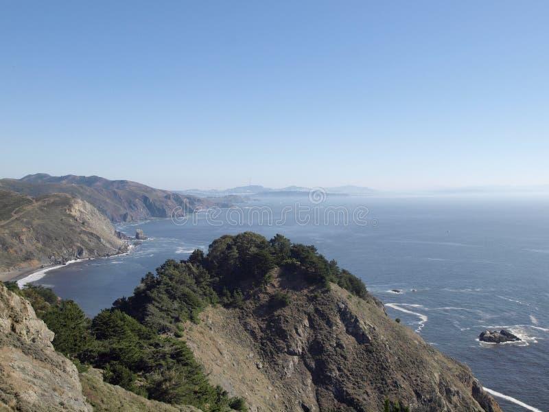 Penhascos litorais cênicos de Califórnia com a cidade de San Francisco no distante distante foto de stock