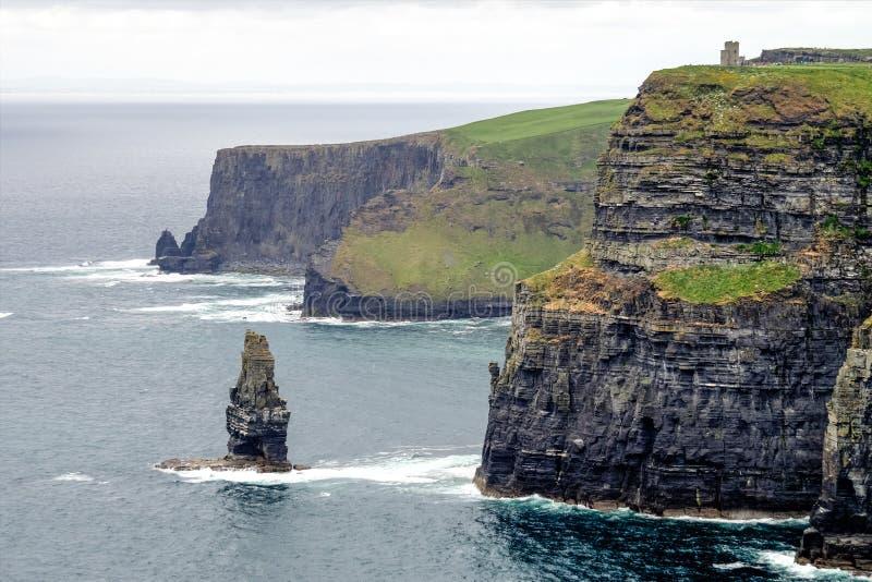 Penhascos mundialmente famosos de Moher no condado Clare, Irlanda imagens de stock