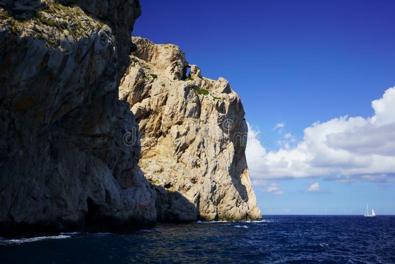 Penhascos na costa do norte perto de Tampão de Formentor, Mallorca, Balearic Island, Espanha fotos de stock