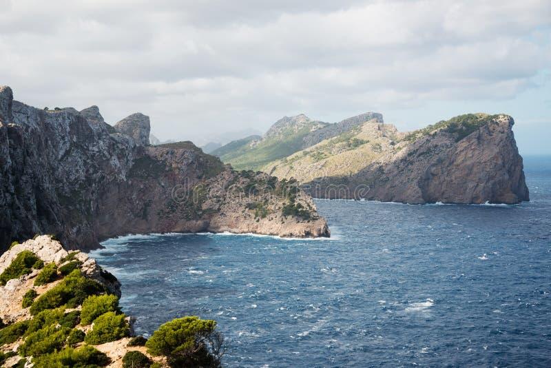 Penhascos na península de Formentor, Mallorca fotos de stock royalty free
