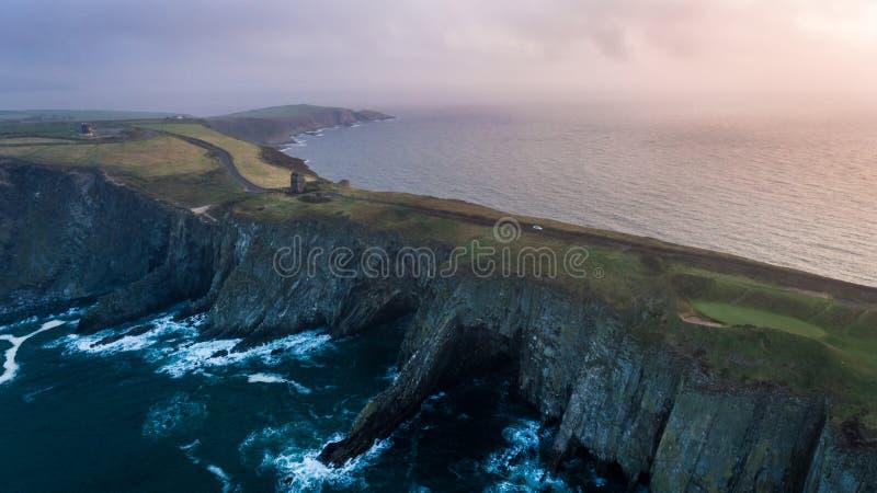 penhascos Penhascos na praia Cortiça do condado ireland foto de stock royalty free