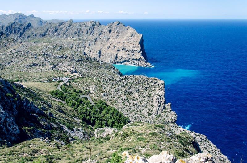 Penhascos no tampão Formentor em Majorca, Espanha, Europa, um destino popular do feriado fotos de stock