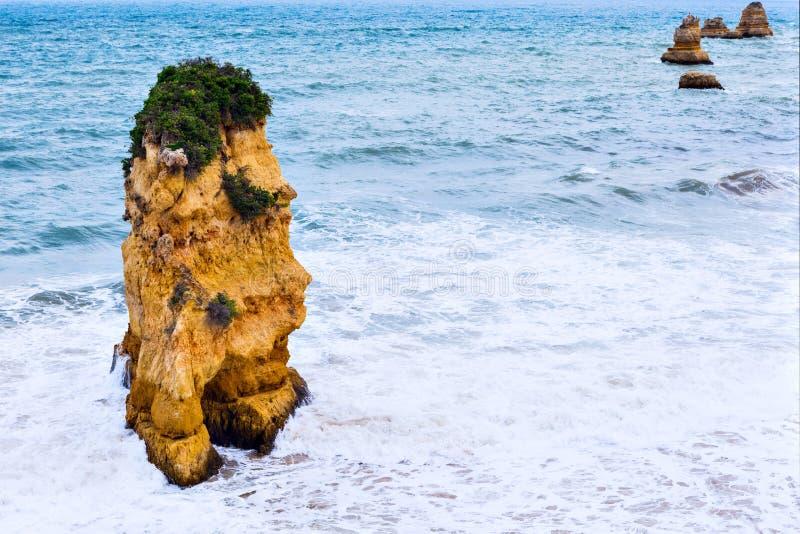Penhascos rochosos do Praia Dona Ana em Lagos, Portugal fotografia de stock