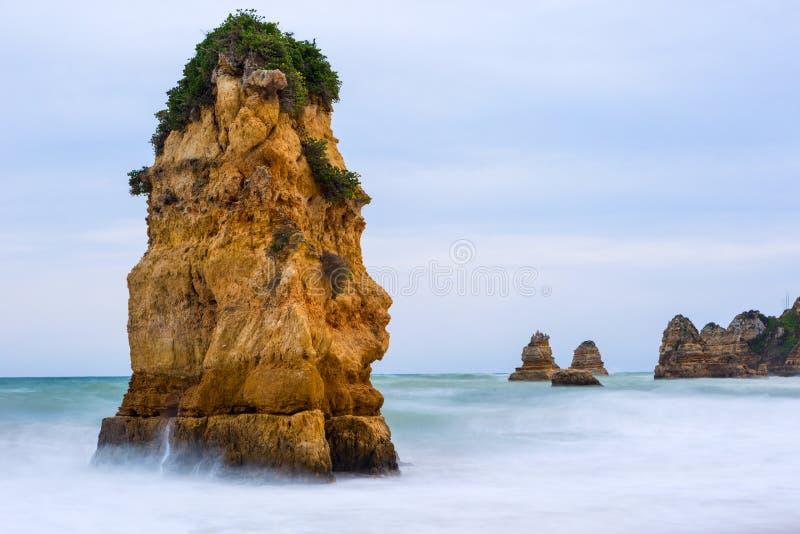Penhascos rochosos do Praia Dona Ana em Lagos, Portugal fotos de stock royalty free