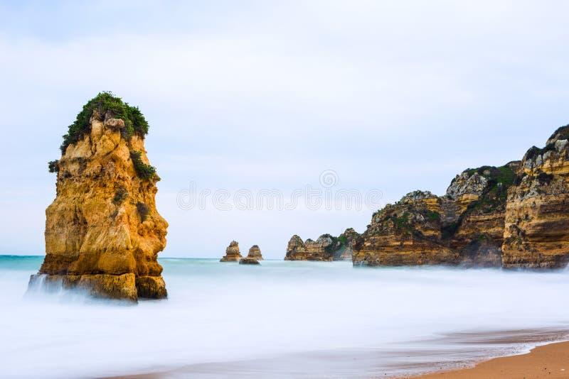 Penhascos rochosos do Praia Dona Ana em Lagos, Portugal fotos de stock