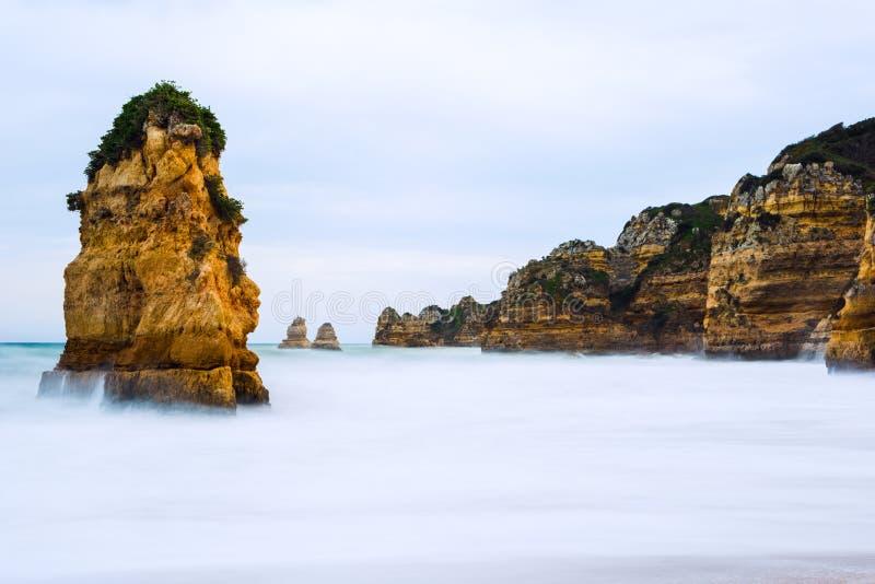 Penhascos rochosos do Praia Dona Ana em Lagos, Portugal imagem de stock