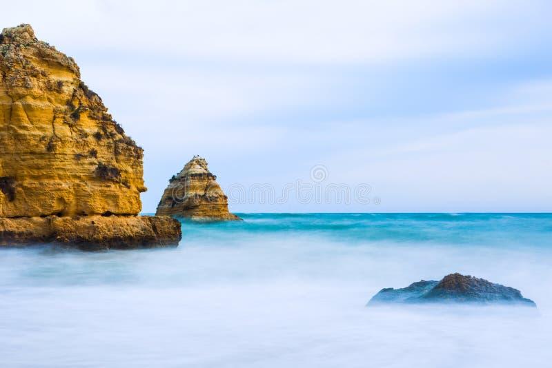 Penhascos rochosos do Praia Dona Ana em Lagos, Portugal imagem de stock royalty free