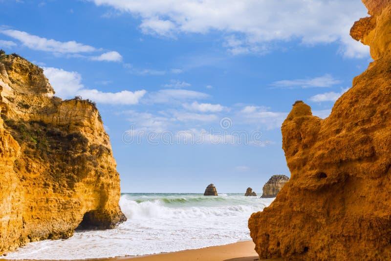 Penhascos rochosos do Praia Dona Ana em Lagos, Portugal foto de stock