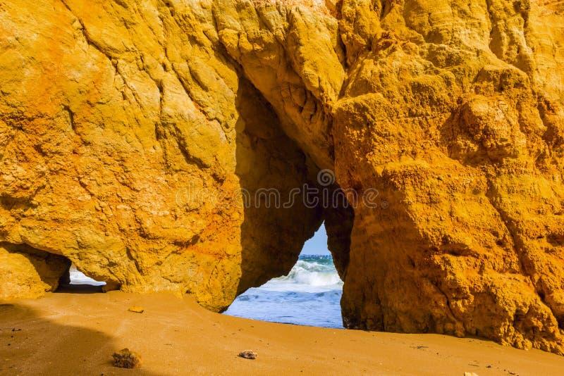 Penhascos rochosos do Praia Dona Ana em Lagos, Portugal imagens de stock