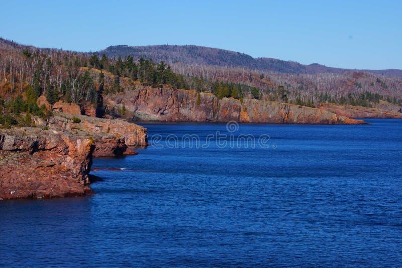 Penhascos rochosos que negligenciam o Lago Superior fotografia de stock