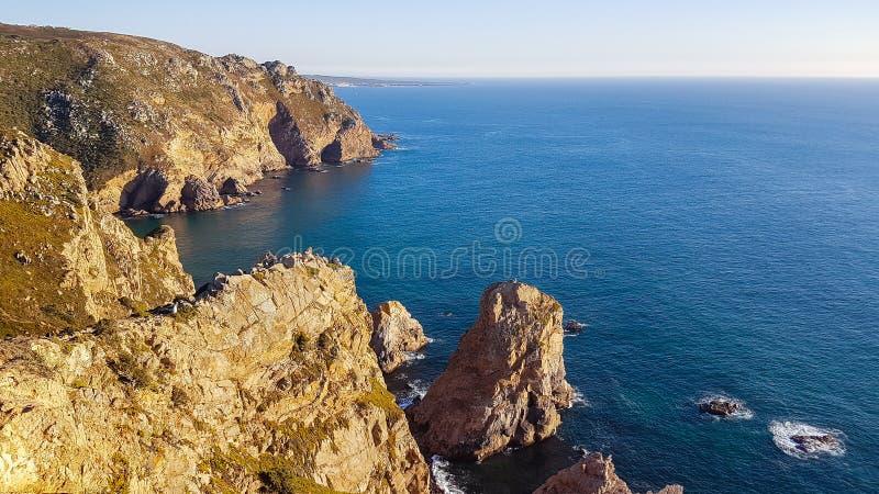 Penhascos sobre o Oceano Atl?ntico O ponto westernmost em Europa A borda da terra Cabo Roca ou Cabo a Dinamarca Roca, Portugal imagens de stock royalty free