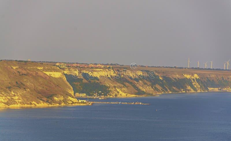Penhascos verdes de Thracian perto da água clara azul do Mar Negro, amarela fotografia de stock