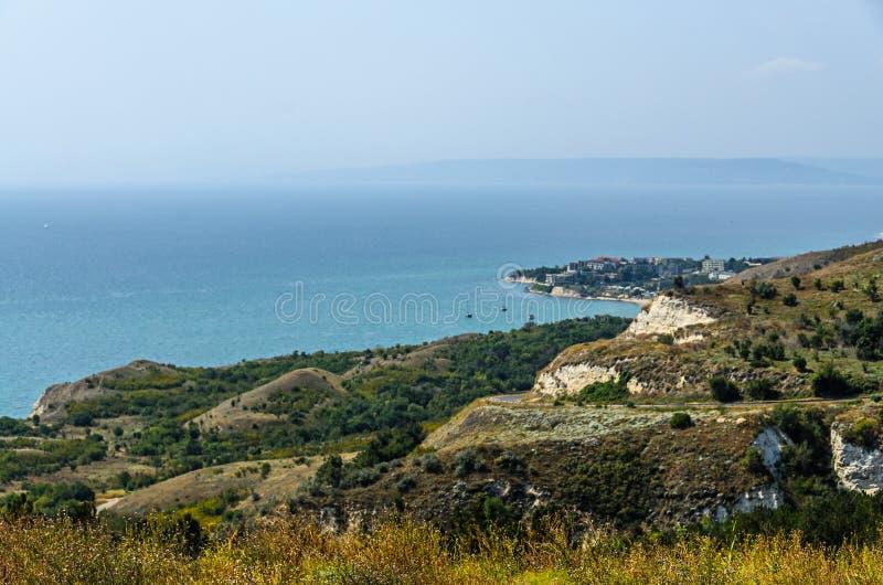 Penhascos verdes de Thracian perto da água clara azul do Mar Negro, golfe b fotos de stock