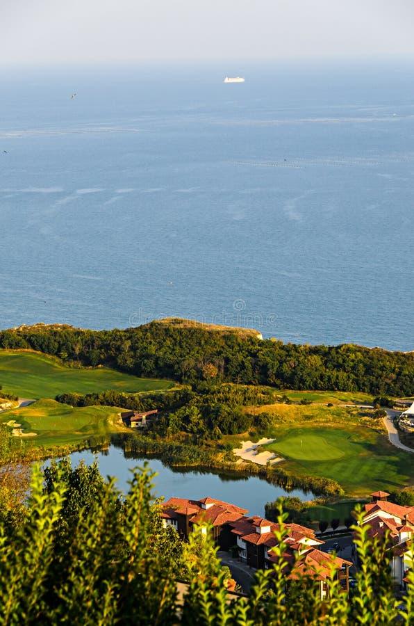 Penhascos verdes de Thracian perto da água clara azul do Mar Negro, lago g fotos de stock