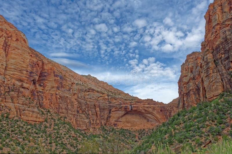 Penhascos vermelhos em Zion' parque nacional de s fotos de stock royalty free