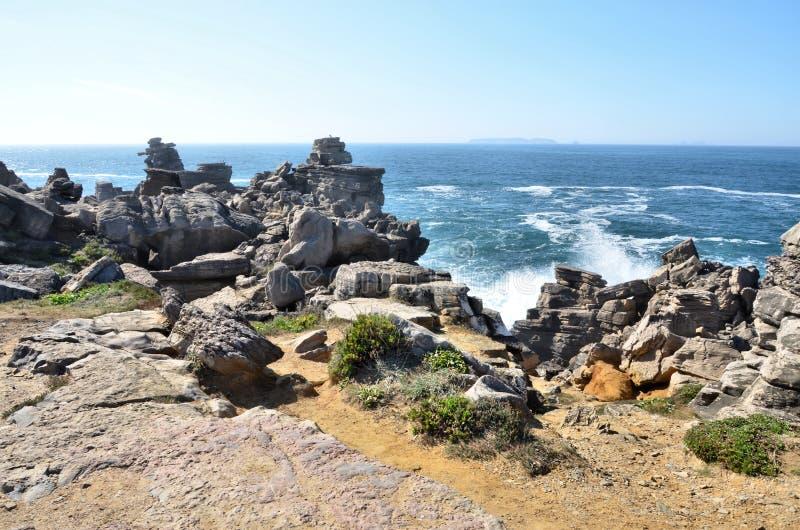 Peniche葡萄牙峭壁和海岛  库存照片
