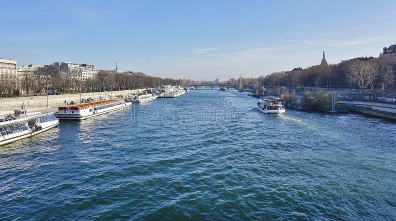Peniche и туристские шлюпки на реке Сене в Париже стоковые изображения rf