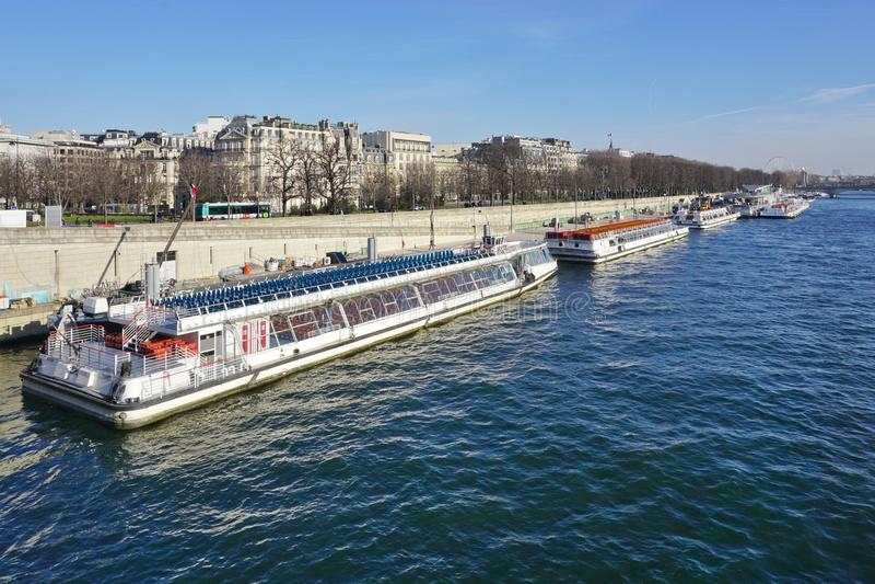 Peniche и туристские шлюпки на реке Сене в Париже стоковая фотография rf
