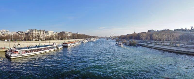 Peniche и туристские шлюпки на реке Сене в Париже стоковое изображение rf