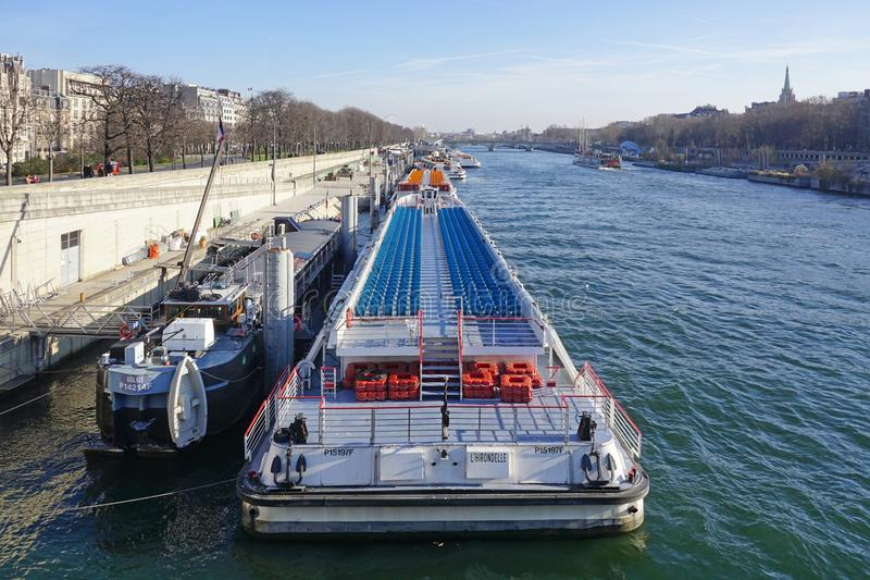 Peniche и туристские шлюпки на реке Сене в Париже стоковые фотографии rf